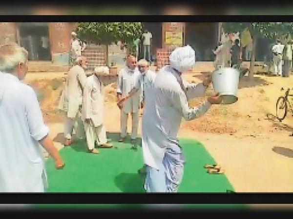 ढासा बाॅर्डर पर एक दूसरे के साथ होली खेलते बुजुर्ग किसान।