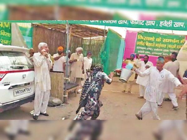 होली पर्व पर किसानों की सभा में कोड़े बरसातीं महिलाएं व पानी डालते किसान। - Dainik Bhaskar