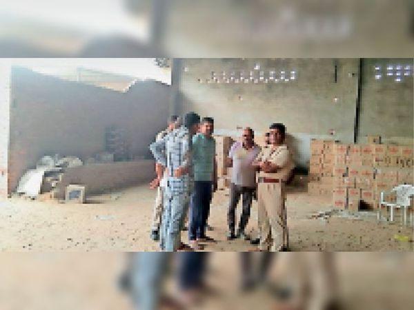 शराब के ठेके में तोड़फोड़ के मामले की जांच करने पहुंची पुलिस - Dainik Bhaskar