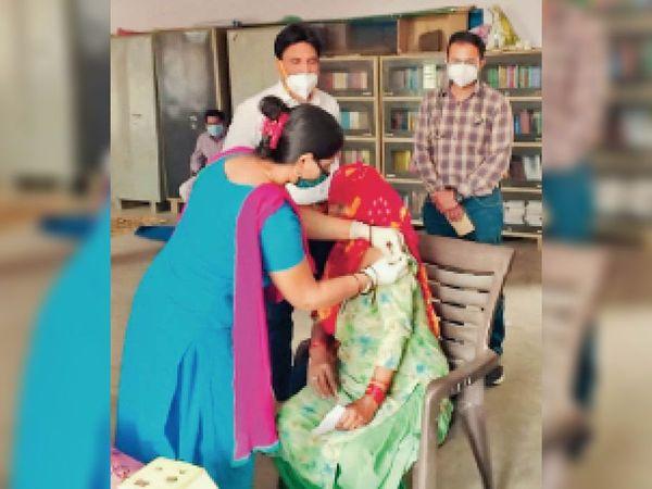 वैक्सीन लगाती स्वास्थ्य कर्मी। - Dainik Bhaskar