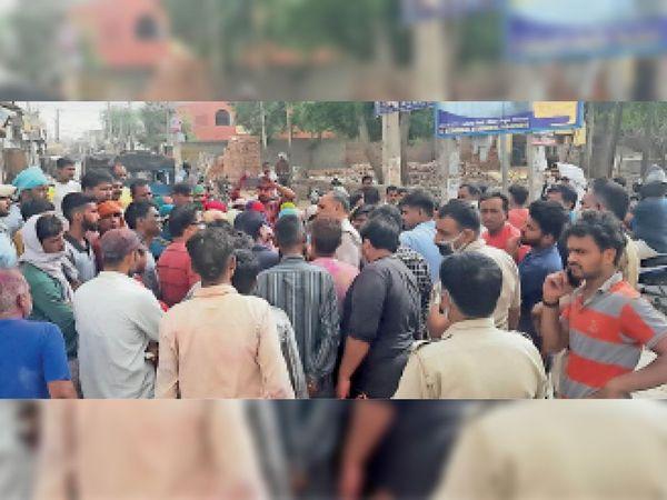 झगड़े में घायल युवक की मौतके बाद हनुमान गेट चाैक पर माैजूद लाेग व पुलिस। - Dainik Bhaskar