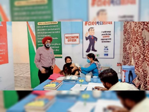 लाभार्थी को कोरोना से बचाव का टीका लगाती स्वास्थ्य कर्मी। - Dainik Bhaskar
