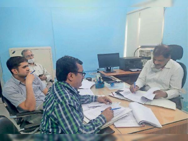 नगर निगम के अधिकारी बजट को अंतिम रूप देते हुए। - Dainik Bhaskar