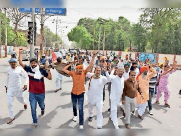 क्रांतिमान पार्क से इकट्ठे होकर भाजपा कार्यालय की तरफ कूच करते किसान। - Dainik Bhaskar