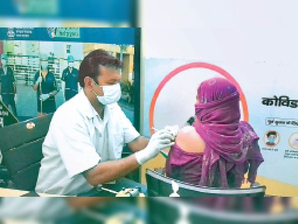 सिविल अस्पताल में महिला को टीका लगाते स्वास्थ्यकर्मी। - Dainik Bhaskar