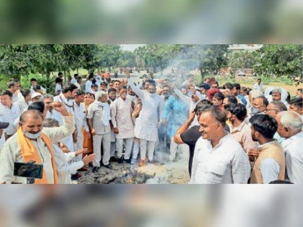 कैथल | पंजाब के सीएम का पुतला फूंकते भाजपा पदाधिकारी व सदस्य। - Dainik Bhaskar