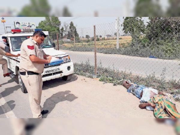 घरौंडा. जीटी रोड पर शव मिलने के बाद पुलिस जांच करते हुए। - Dainik Bhaskar