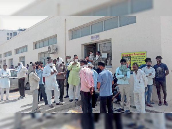 शिव कुमार की मौत के मामले में पोस्टमार्टम हाउस के बाहर परिजन व शहर के लोग। - Dainik Bhaskar