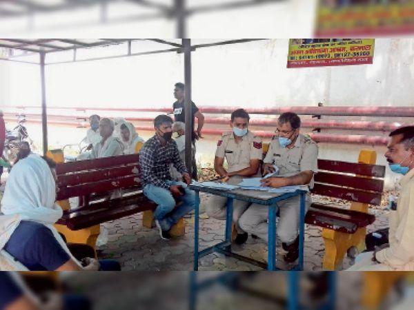 शिव कुमार की मौत के मामले में पुलिस मामले की कार्रवाई करते हुए।