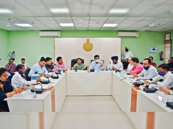 विकास सदन में नगर निगम हाउस बैठक में प्रस्तावित बजट पर मेयर, नगर निगम आयुक्त व पार्षद चर्चा करते हुए। - Dainik Bhaskar