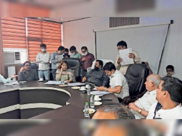 कुरुक्षेत्र | नगर परिषद बजट मीटिंग में हिस्सा लेते पार्षद व विधायक और अधिकारी। - Dainik Bhaskar
