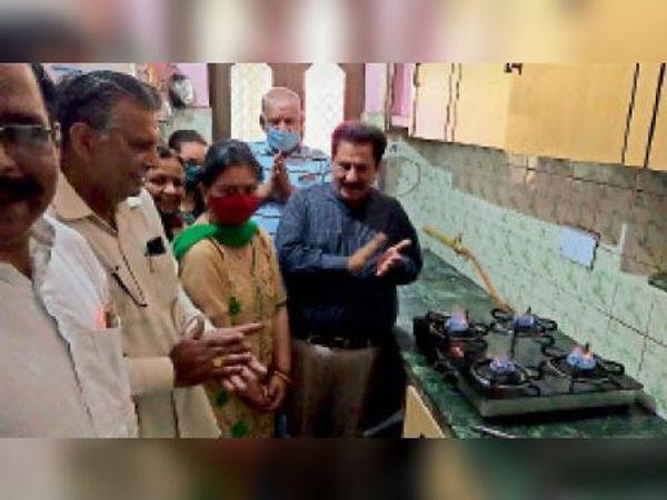 कुरुक्षेत्र। पाइप से गैस योजना का शुभारंभ करते विधायक सुभाष सुधा। - Dainik Bhaskar