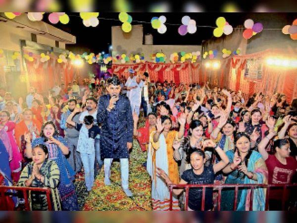 लाडवा | महावीर कॉलोनी में भजन संध्या में भजनों पर थिरकते श्रद्धालु। - Dainik Bhaskar