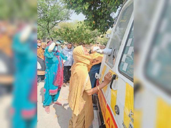 कुरुक्षेत्र   कोरोना जांच के लिए सैंपल लेती स्वास्थ्य विभाग की टीम। - Dainik Bhaskar