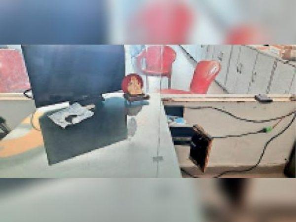लाडवा की टीवीएस मोटरसाइकिल की एजेंसी में चोरी के बाद बिखरा सामान। - Dainik Bhaskar