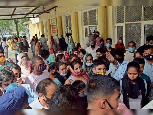 पानीपत. सिविल अस्पताल में काेराेना के चेकअप के दाैरान टूटती साेशल डिस्टेंसिंग। फोटो | भास्कर - Dainik Bhaskar