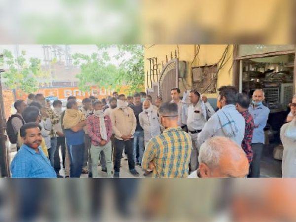 पानीपत. जाटल राेड बिजली कार्यालय परिसर में बिजली कर्मचारी अपनी मांगाे काे लेकर प्रदर्शन करते हुए। - Dainik Bhaskar