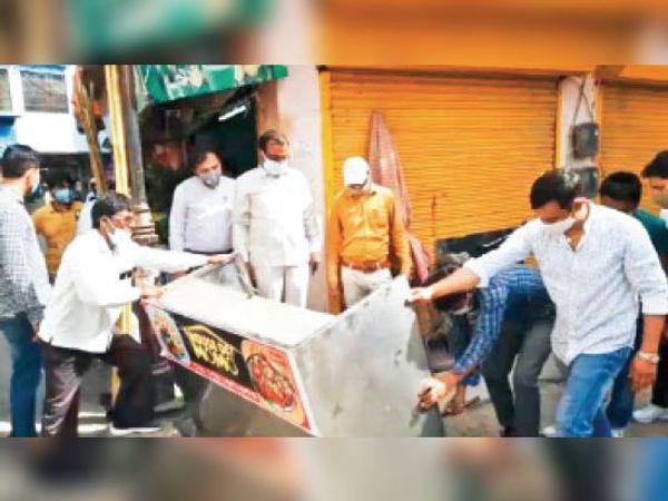 गोहाना अड्डा पर अतिक्रमण हटाती हुई नगर निगम की टीम। - Dainik Bhaskar