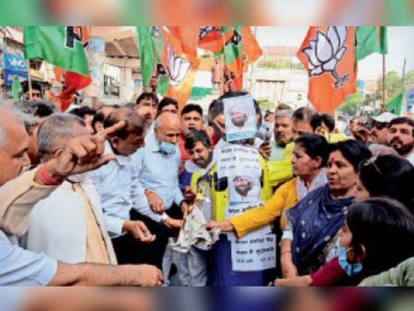 पंजाब के सीएम का पूतला फूकंते भाजपा जिलाध्यक्ष अजय बंसल, मेयर मनमाेहन गाेयल व अन्य कार्यकर्ता। - Dainik Bhaskar