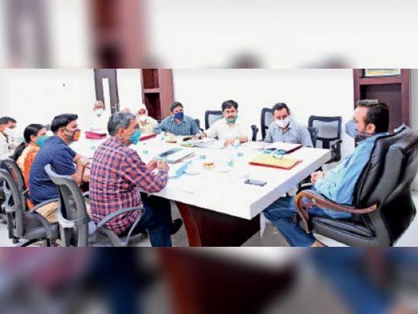 डीसी कैप्टन मनोज कुमार कृषि अधिकारियों को निर्देश देते हुए। - Dainik Bhaskar
