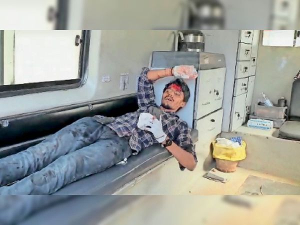 हादसे में एंबुलेंस का ड्राइवर भी घायल हो गया। - Dainik Bhaskar