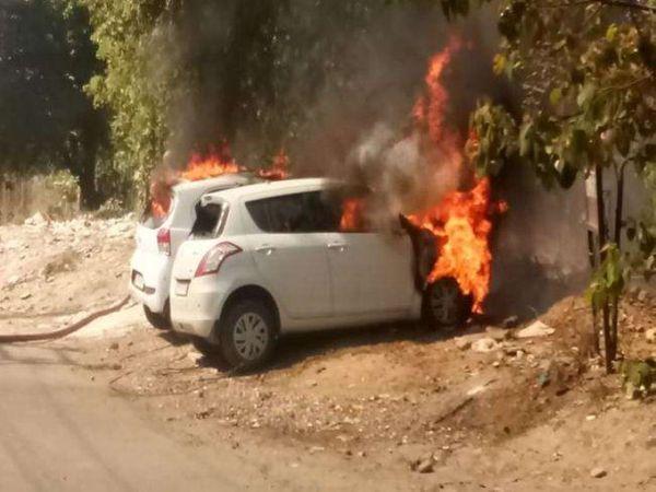 आग की लपटों से घिरी दोनों कारें पूरी तरह से जलकर राख हो गईं। - Money Bhaskar