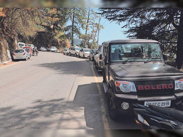 आरटीओ के बाहर सड़क के किनारे खड़ी की गई गाड़ियां, जो जाम की वजह बनती हैं। - Dainik Bhaskar