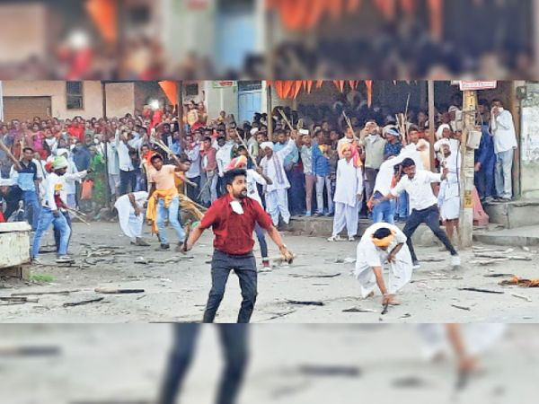 घााटाेल. धुलंडी पर जलती लकड़ियाें से राड़ खेलते पाटीदार समाज के युवा। - Dainik Bhaskar