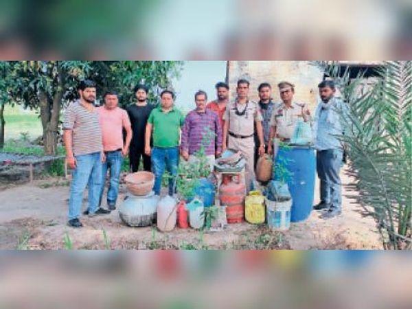 बरामद किए सामान के साथ विभाग की टीम - Dainik Bhaskar