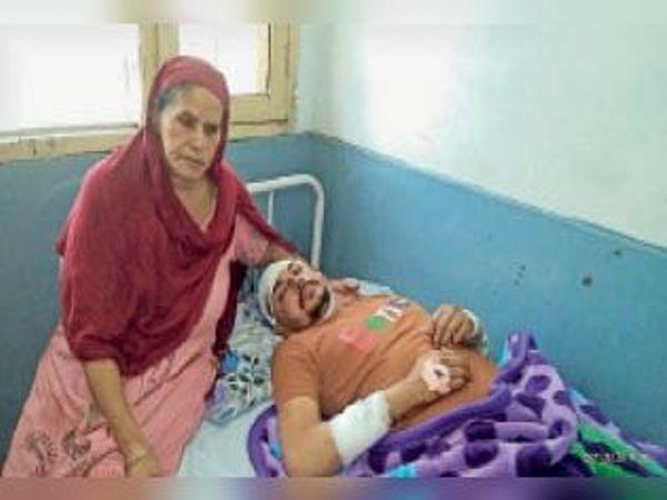 सिविल अस्पताल में भर्ती राजिंदर। - Dainik Bhaskar