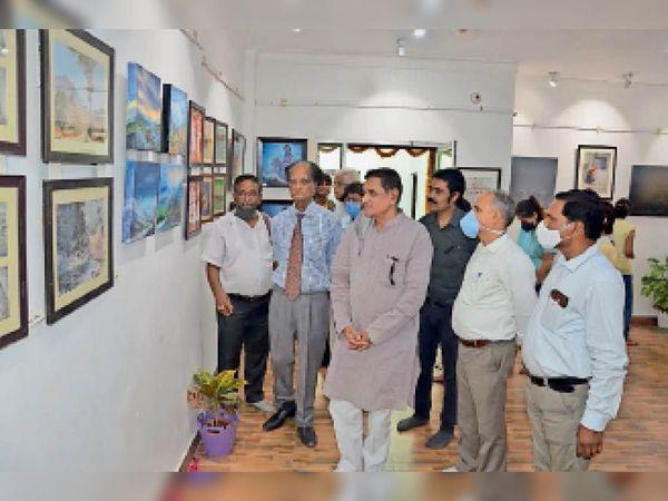 आकृति कला संस्थान की ओर से राजस्थान दिवस पर आकृति आर्ट गैलेरी में लगाई गई प्रदर्शनी देखते शहरवासी। - Dainik Bhaskar