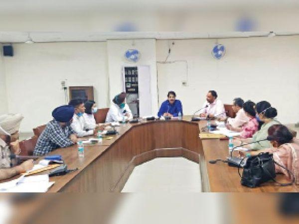 फरीदकोट में आयोजित बैठक में उपस्थित अधिकारी। - Dainik Bhaskar