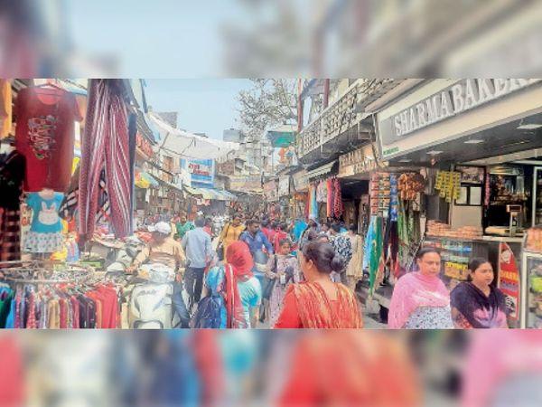 बाजार में बिना सामाजिक दूरी बनाए बेफिक्र घूमते हुए लोग। बेपरवाही के कारण ही कोरोना केसों में बढ़ोतरी हो रही है। - Dainik Bhaskar