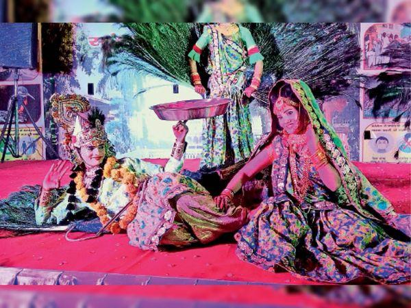 भरतपुर. कार्यक्रम के दौरान सांस्कृतिक प्रस्तुति देते लोक कलाकार। - Dainik Bhaskar
