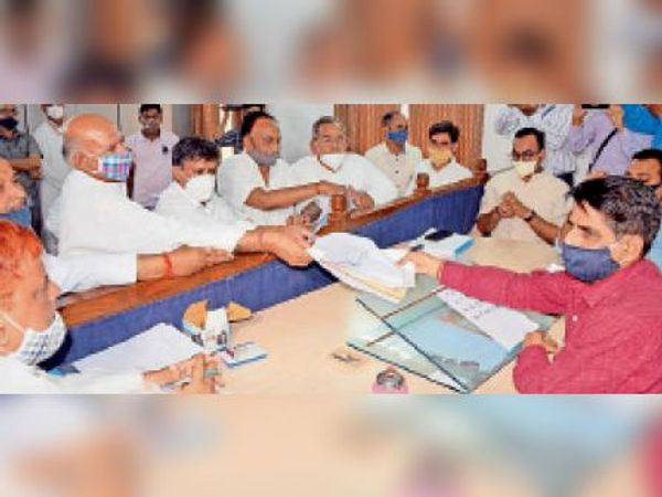 उपखंड कार्यालय में नामांकन दाखिल करते कांग्रेस के मनोज मेघवाल। - Dainik Bhaskar