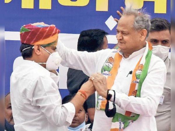 जीत के लिए आशीर्वाद... सभा में सीएम काे साफा पहनाने के लिए प्रत्याशी मनोज आए तो उन्होंने वो साफा मनोज को ही पहना दिया। - Dainik Bhaskar