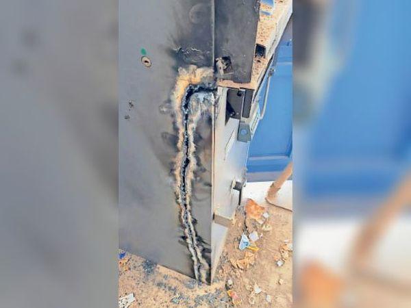 चोरों ने गैस कटर से काटा एटीएम। - Dainik Bhaskar