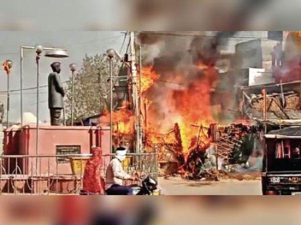 राजगढ़ चौराहे पर सब्जी और चाय की गुमटी में भड़की आग। - Dainik Bhaskar