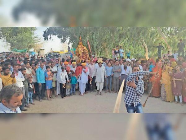 रोहट के निकटवर्ती झीतड़ा में भगवान जानराय जी की शोभायात्रा के दौरान बड़ी संख्या में श्रद्धालु मौजूद रहे। - Dainik Bhaskar