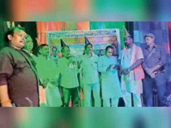 होली व महामूर्ख सम्मेलन में सभा को संबोधित करते संगठन के कार्यकर्ता। - Dainik Bhaskar