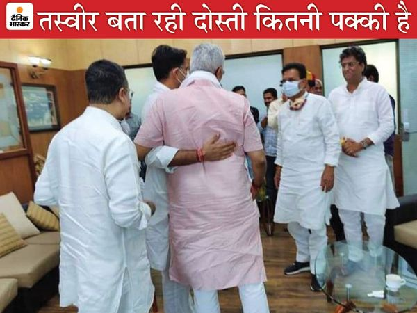 केंद्रीय मंत्री गजेंद्र सिंह शेखावत और कांग्रेस के वरिष्ठ नेता सचिन पायलट की डबोक हवाई अड्डे पर मुलाकात हुई। जब दोनों नेता गले मिले तो पीछे खड़े कांग्रेस के राजस्थान प्रभारी अजय माकन उन्हें एकटक देखते नजर आए। - Dainik Bhaskar