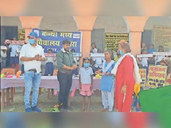 नामांकित बच्चों को विशेष मुकुट पहनाकर स्वागत करते विभाग के कर्मी। - Dainik Bhaskar