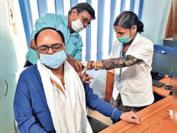 वैक्सीन लेते डीएम डॉ. चंद्रशेखर सिंह। - Dainik Bhaskar