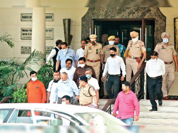 कुछ इस तरह सुरक्षा घेरे में होटल से कार्यक्रम खत्म होने के बाद निकले मदन मोहन मित्तल। - Dainik Bhaskar