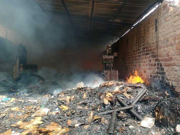 जोधपुर में बुधवार को पाल रोड पर कबाड़ के एक गोदाम में लगी आग। - Dainik Bhaskar