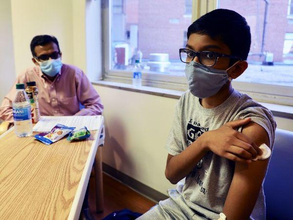 फोटो अमेरिका के सिनसिनाटी चिल्ड्रन्स हॉस्पिटल मेडिकल सेंटर की है। यहां 12 साल के भारतीय मूल के अभिनव फाइजर वैक्सीन के ट्रायल में शामिल हुए। - Dainik Bhaskar