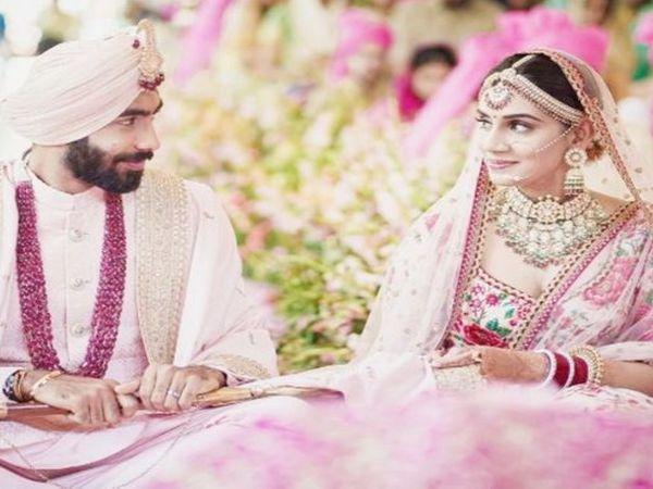 जसप्रीत बुमराह ने 15 मार्च को स्पोर्ट्स एंकर संजना गणेशन के साथ शादी के बंधन में बंधे थे। IPL-14 के लिए वह मुंबई इंडियंस के साथ जुड़ गए हैं। वे एक हफ्ते क्वारैंटाइन पर रहेंगे। - Dainik Bhaskar