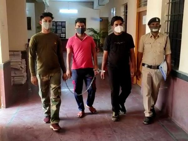 छत्तीसगढ़ के गरियाबंद में पुलिस ने तस्करी के 12 हीरों के साथ 2 युवकों को गिरफ्तार किया है। - Dainik Bhaskar