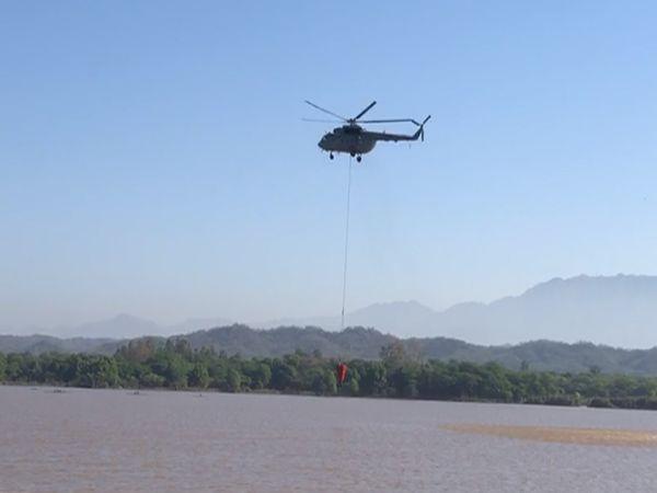 लेक से पानी लेते सेना के हेलीकॉप्टर।