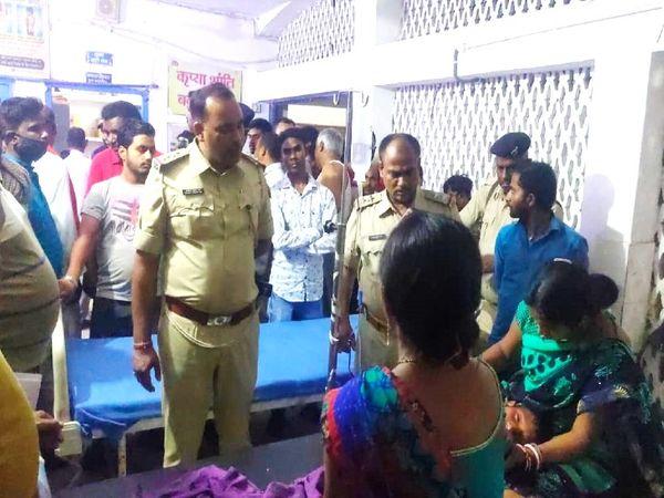 स्कार्पियो में बैठे 11 साल के बच्चे की हालत गंभीर है, उसे पटना रेफर कर दिया गया है। अमरपुर रेफरल अस्पताल घायल बच्चे को गोद में लेकर बैठी उसकी मां। - Dainik Bhaskar